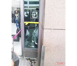 FT Island Fans broke airport glass door